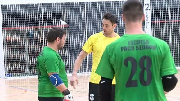 Paco Sedano aconsellant a un dels joves jugadors