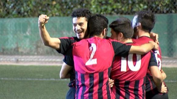 Els jugadors del Sant Cu B celebrant un gol