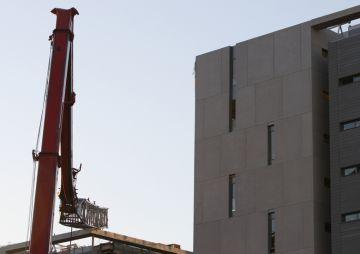 Un ferit lleu en caure una grua en un edifici en construcció