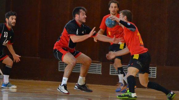 L'Handbol Sant Cugat resisteix les envestides del Joventut Handbol Mataró i s'endú un triomf de prestigi