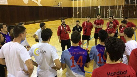 David López dóna instruccions als jugadors de l'Handbol Sant Cugat i del Junior FC