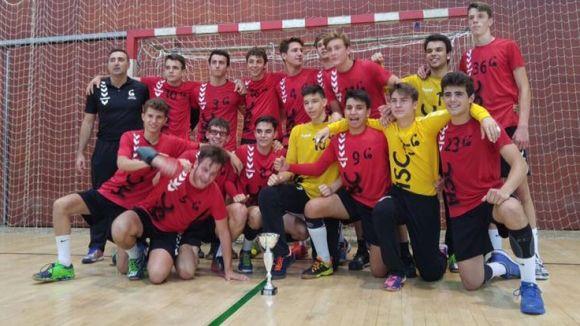 Imatge del juvenil amb la copa de campions / Foto: Handbol Sant Cugat