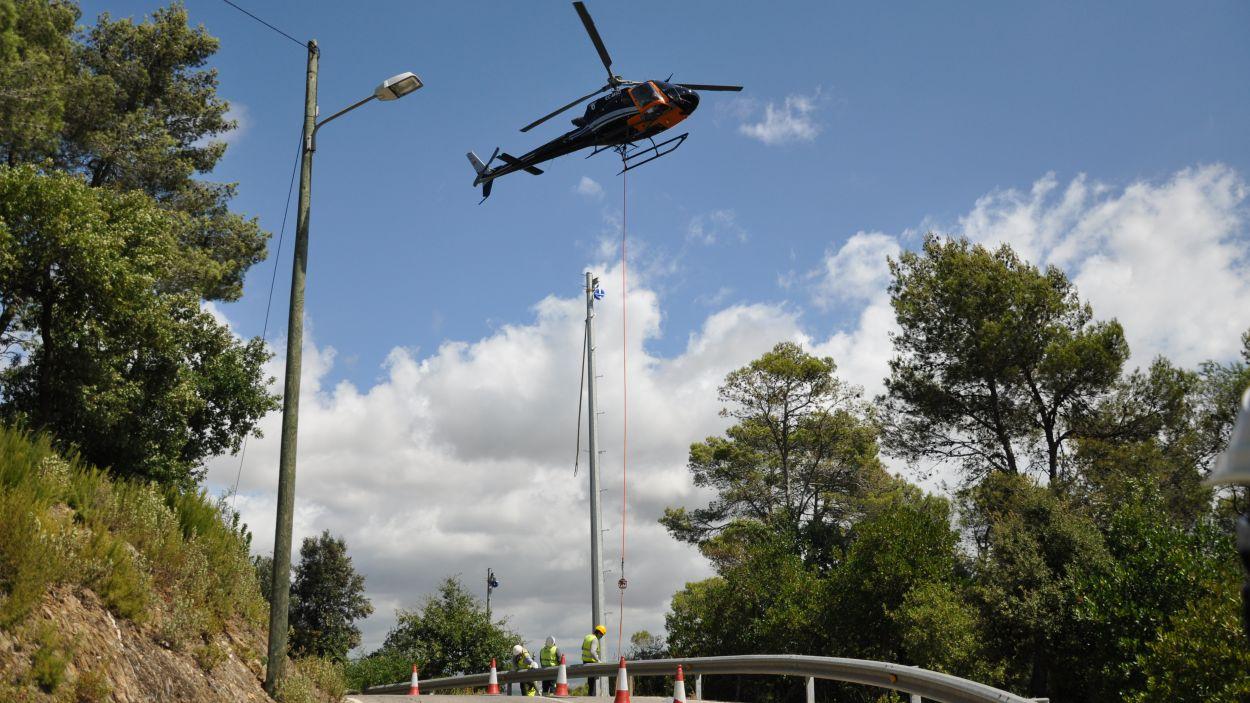 L'helicòpter ha taslladat les torres elèctriques / Font: Endesa
