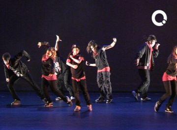 Prop de 500 persones gaudeixen de l'actuació de hip-hop que ha tancat el curs de l'Aula d'Extensió Universitària