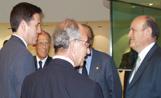 L'alcalde Lluís Recoder conversa amb alguns convidats a l'acte d'homenatge a Enrique Fuentes Quintana, amb motiu del 25è aniversari del decret de liberalització de les caixes d'estalvi