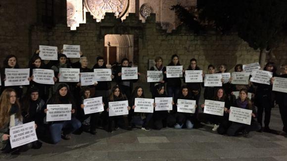 Dones de totes les edats han unit el seu clam davant del Monestir en el Dia Internacional contra la Violència envers la Dona