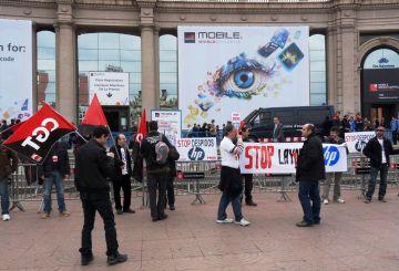 Una trentena de treballadors d'HP s'han concentrat a les portes del Mobile World Congress