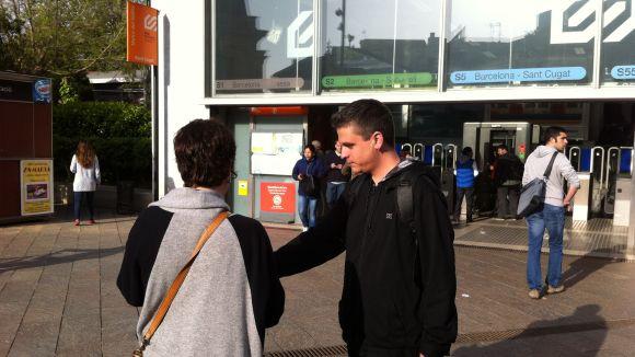 L'ecosocialista Joan Calderon ha repartit informació a les portes dels FGC