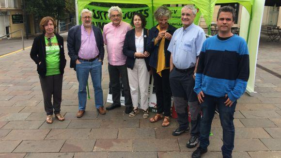 A l'esquerra, Roser Casamitjana, acompanyada per antics regidors i vocals de l'EMD de Valldoreix d'ICV-EUiA