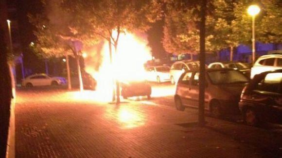 Cremen sis contenidors i un vehicle en una matinada