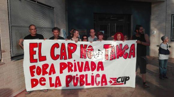 La CUP i PC es tanquen al CAP Valldoreix per protestar contra el tancament del centre durant l'agost