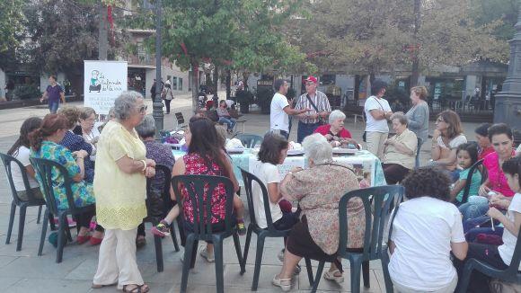La Setmana de la Gent Gran fa caliu a la plaça d'Octavià amb un taller de bufandes