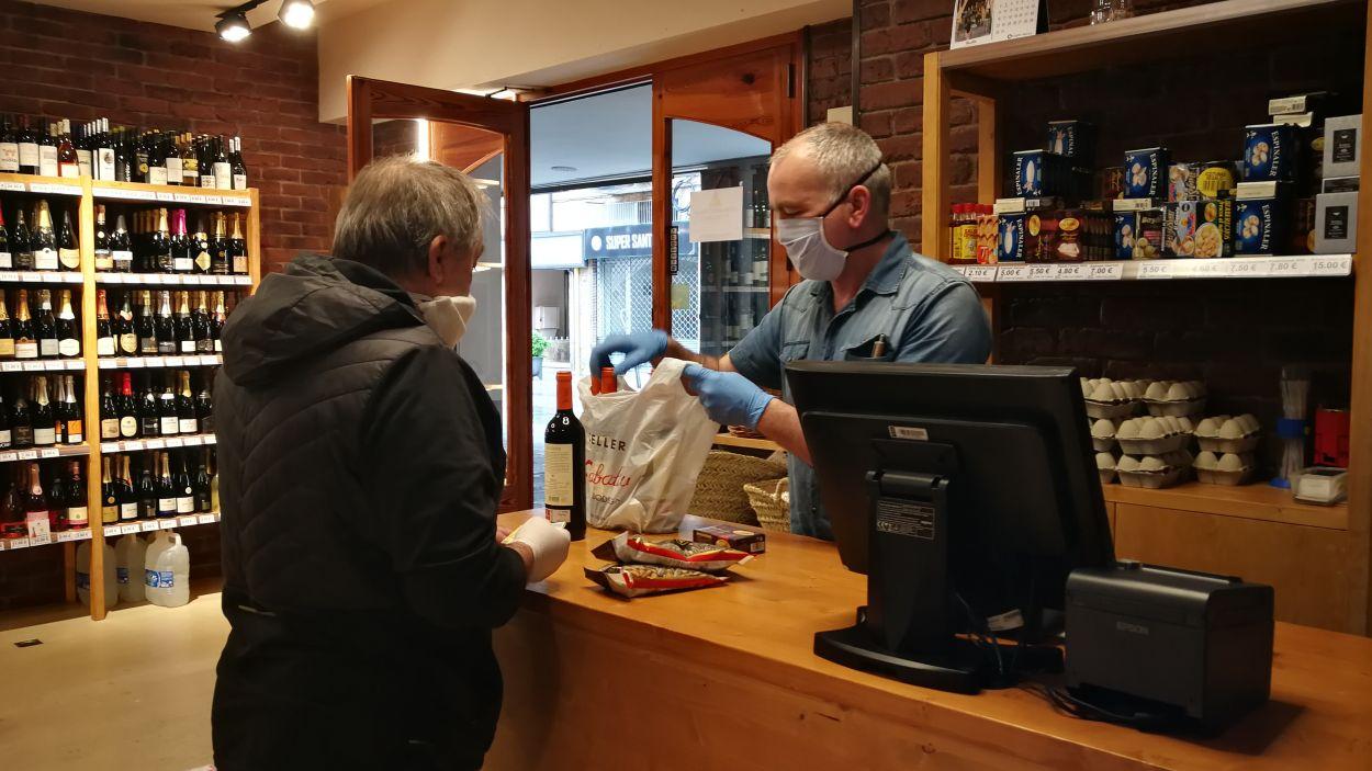 Establiments de vins de la ciutat han començat a fer servei a domicili durant el confinament / Font: Cugat Mèdia