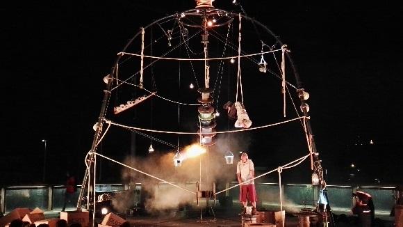'Enfila S.A.' ret homenatge al passat tèxtil de Sant Cugat amb un espectacle de circ aeri