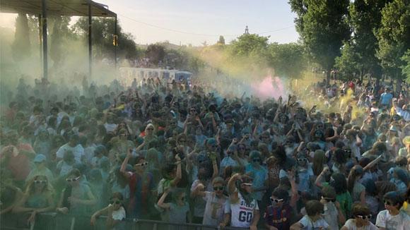La Festa Holi reuneix més de 2.000 joves al Parc Ramon Barnils