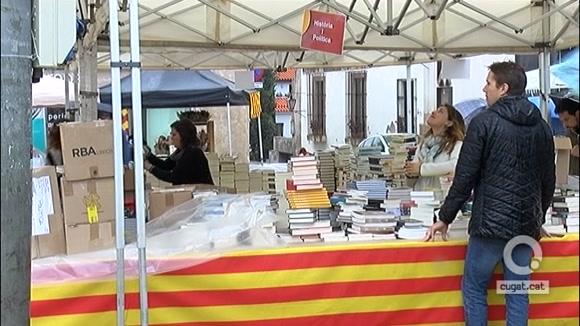Cugat.cat surt al carrer tot i la pluja per celebrar amb els santcugatencs la diada de Sant Jordi