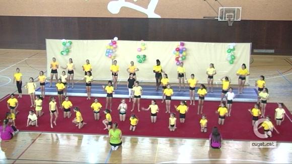 Una seixantena del gimnastes del Club Artística Sant Cugat participen del festival de cloenda