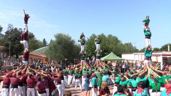 Els Gausacs fan petita la plaça del casal a la trobada castellera de la Festa Major de Valldoreix