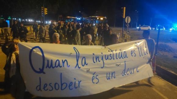Protesta contra la sentència: una hora de tall de trànsit a la rotonda de l'Hipòdrom