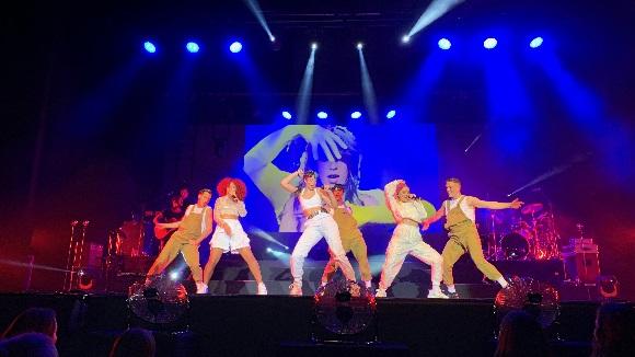 Sweet Californa fa cantar i ballar un Teatre-Auditori adolescent