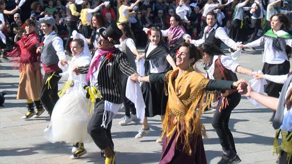 Un Ball de Gitanes de rècord omple Sant Cugat de tradició amb 400 balladors