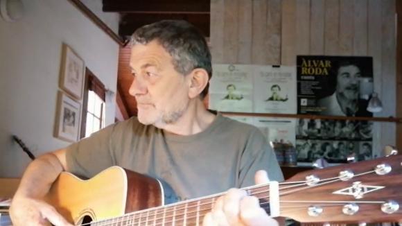 El president de l'Ateneu, Àlvar Roda, dedica una cançó amb la seva guitarra