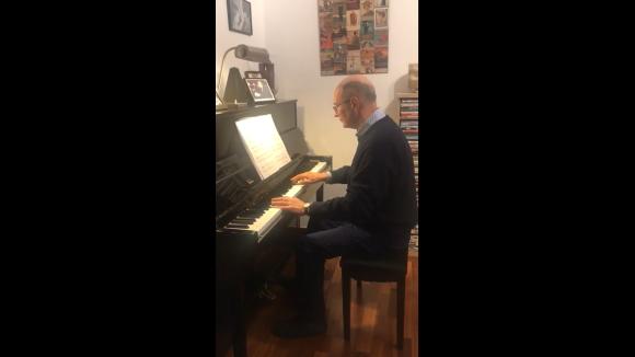 El periodista Josep Maria Martí Rigau toca el piano