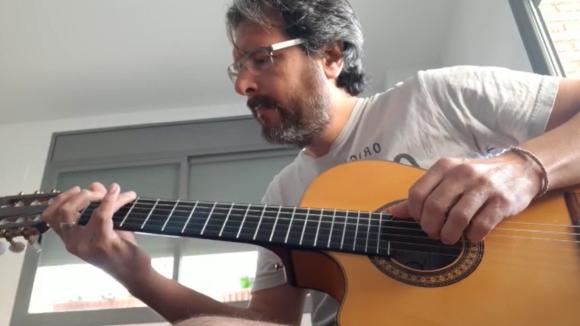 El músic Oriol Saltor interpreta 'Que tinguem sort'