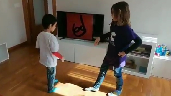 Els petits de la colla de Caparrots regalen un ball tradicional