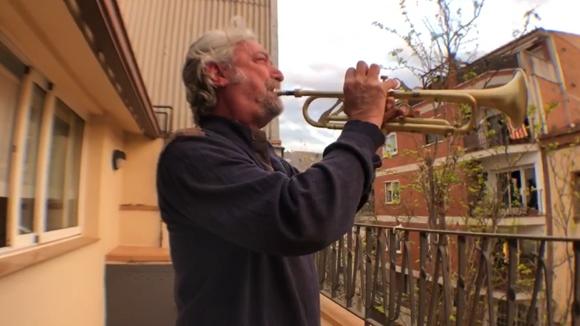 El trompetista Matthew Simon toca a les vuit del vespre des del seu balcó