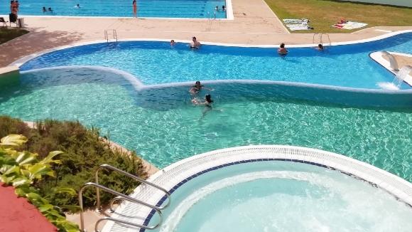Els usuaris de les piscines del Parc Central i la Floresta s'omplen de paciència amb el Covid19