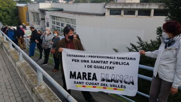 Una trentena de persones reclama la reobertura total dels consultoris de la Floresta i les Planes
