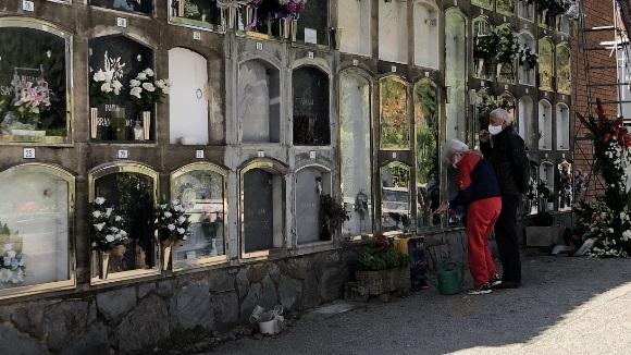 Homenatjar els difunts amb limitacions: el cementiri de Sant Cugat viurà un Tots Sants diferent
