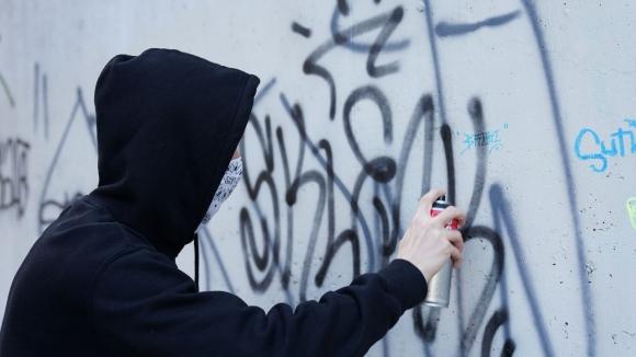 L'Ajuntament recorda que només pot netejar els grafitis de l'espai públic