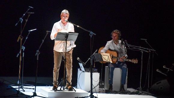 La veu de Pere Arquillué captiva el públic de Sant Cugat en el recital de poemes de Gabriel Ferrater