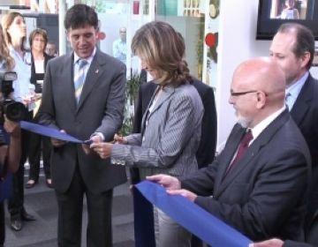 Cristina Garmendia tallant la cinta de la inauguració en presència de Lluís Recoder