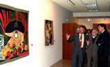 L'alcalde Recoder i el galerista d'art Josep Canals observen el tapís de Picasso que s'exposa a la Casa Aymat