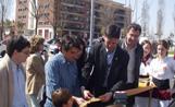L'alcalde Recoder tallant la cinta d'inauguració de la plaça