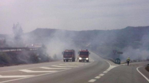 Un incendi  crema mitja hectàrea i provoca hores de retencions a l'AP7