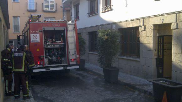 Un menor ferit i quatre intoxicats en un incendi al carrer de Sant Bartomeu