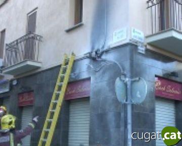 Un incendi crema part de la façana d'un habitatge de la plaça d'Octavià