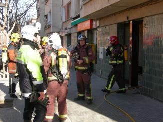 Apagat l'incendi que ha obligat a desallotjar un bloc de vivendes al carrer Camí de la Creu