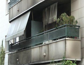 Greus danys materials i cap ferit en un immoble incendiat al carrer Josep Carner