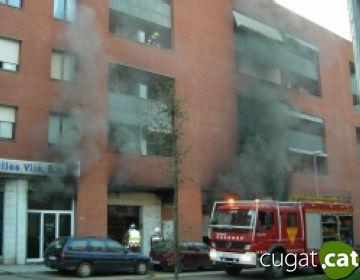 Cinc intoxicats lleus en un incendi en un bloc de pisos entre els carrers Orient i Borrell