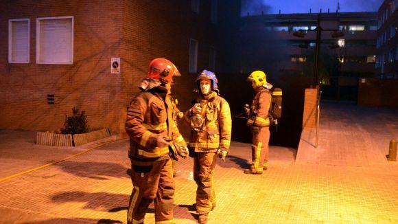 Cremen sis contenidors i un fanal en un incendi a la rambla del Celler