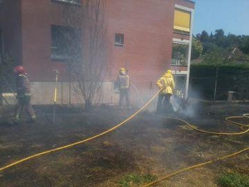 Un incendi crema 200 metres de matolls a tocar de l'Arnau Cadell
