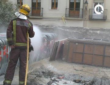 Un foc provocat crema unes restes inflamables als jardins de l'Hort de l'Abat