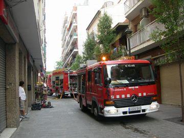 Bombers treballant durant l'extinció del foc