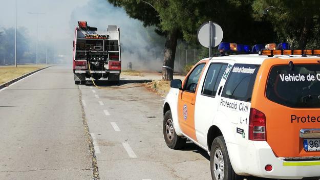 Un incendi ja extingit crema 1.000 metres quadrats a l'avinguda de la Generalitat