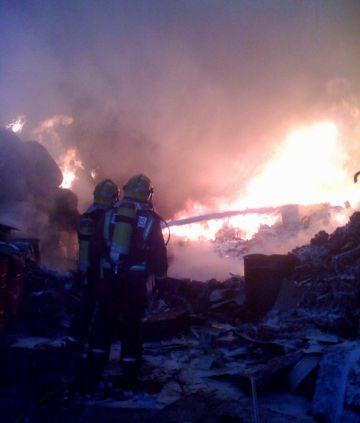 Controlat l'incendi que ha cremat una empresa a Rubí, a tocar del polígon de Can Calopa